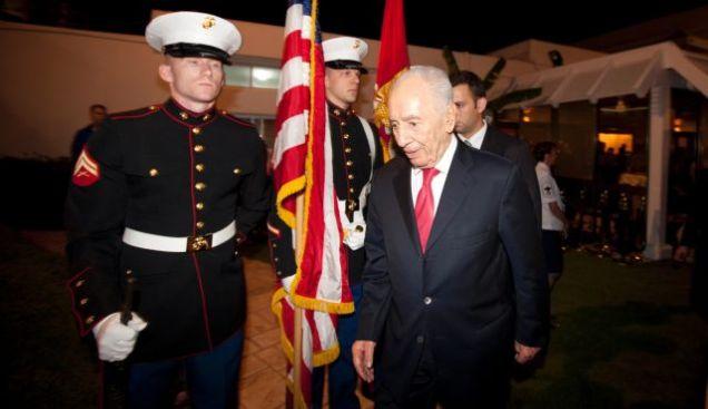 il presidente israeliano shimon peres arriva presso la residenza dell'ambasciatore usa