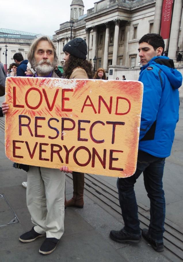 """Un dimostrante pretende """"amore e rispetto per tutti"""""""