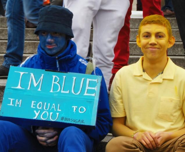 Un gruppo di ragazzi ha deciso di colorarsi in nome dell'uguaglianza tra le razze