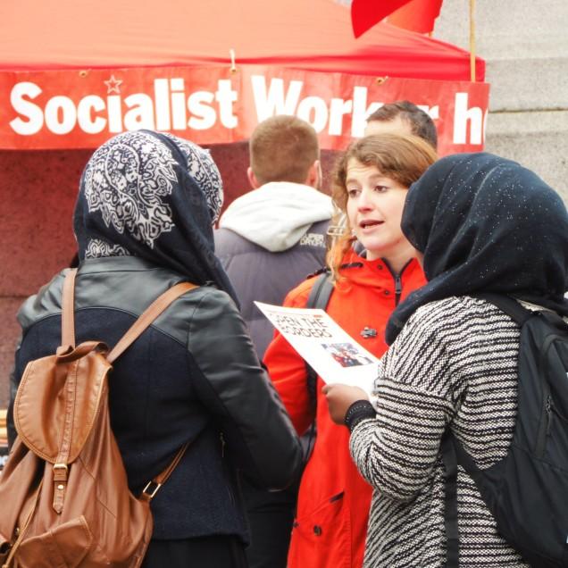 """Una militante """"socialista"""" propaganda le sue idee a due giovani mussulmane"""