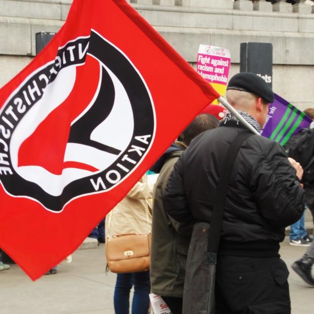 Un manifestante antifascista