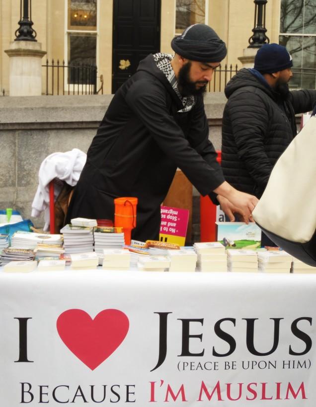 """Ad un banchetto si distribuisce gratuitamente il Corano """"a chi non è ancora mussulmano"""", ostentando un rassicuranre striscione: """"Io amo Gesù perché sono mussulmano"""""""